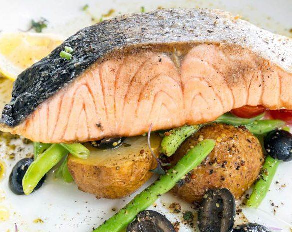 Salmón con vegetales y aceitunas verdes